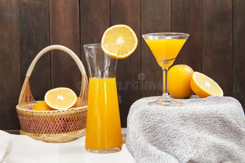 Stilleben med orange fruktsaft arkivbilder