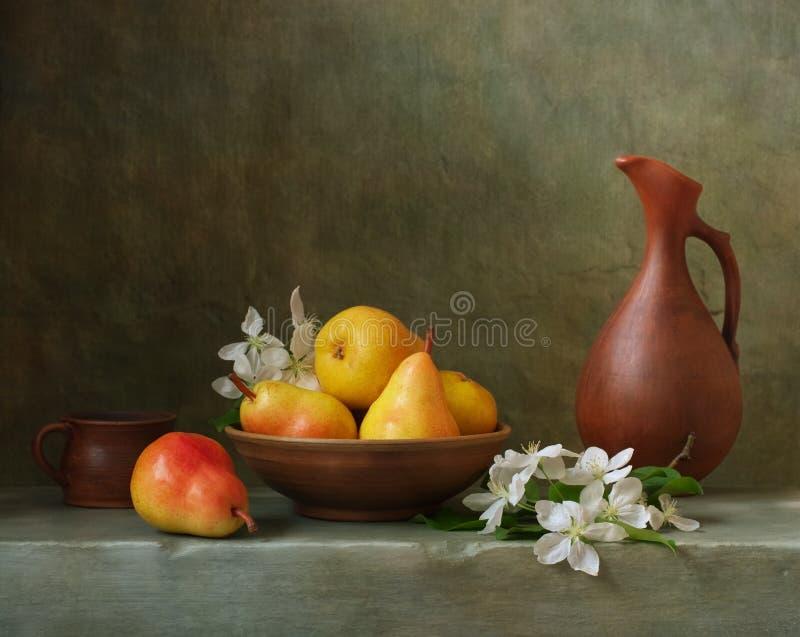 Stilleben med päron arkivbild