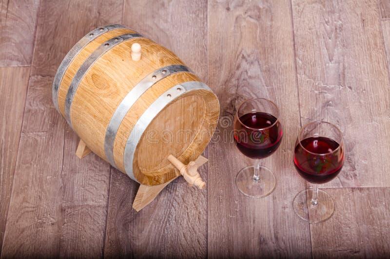 Stilleben med rött vin och träfatet arkivbild