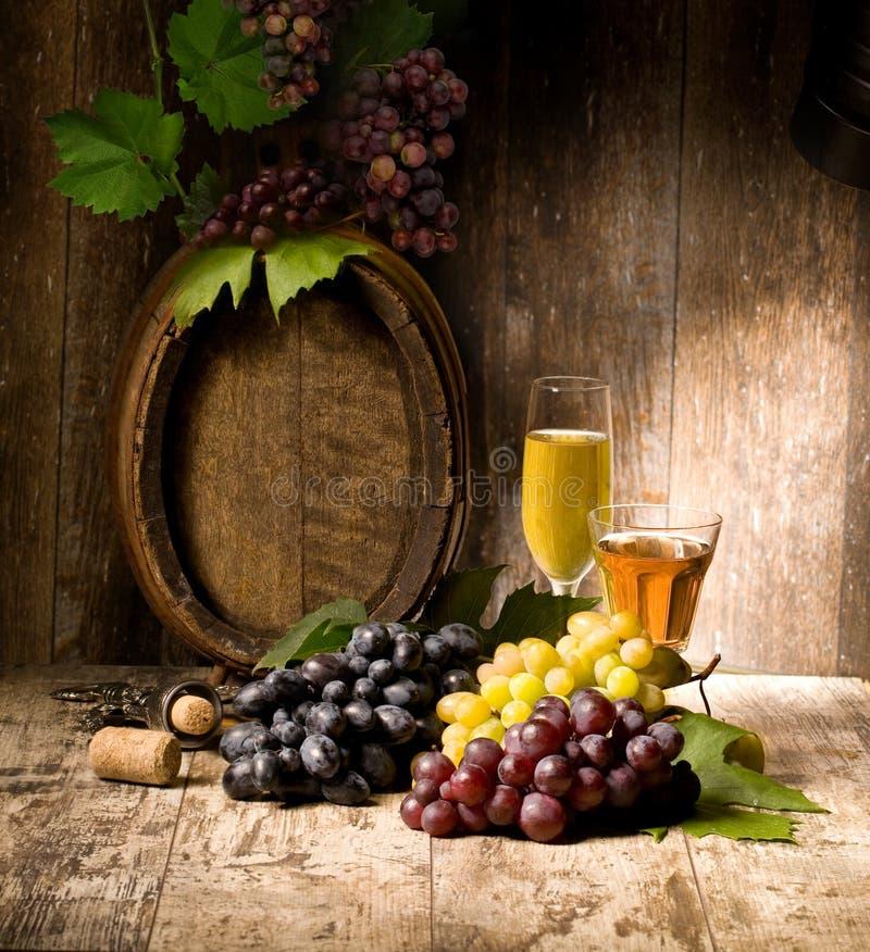 Stilleben med r?d och vit wine arkivbilder