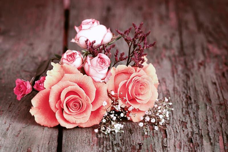 Stilleben med rosor i sjaskig chic stil arkivbild