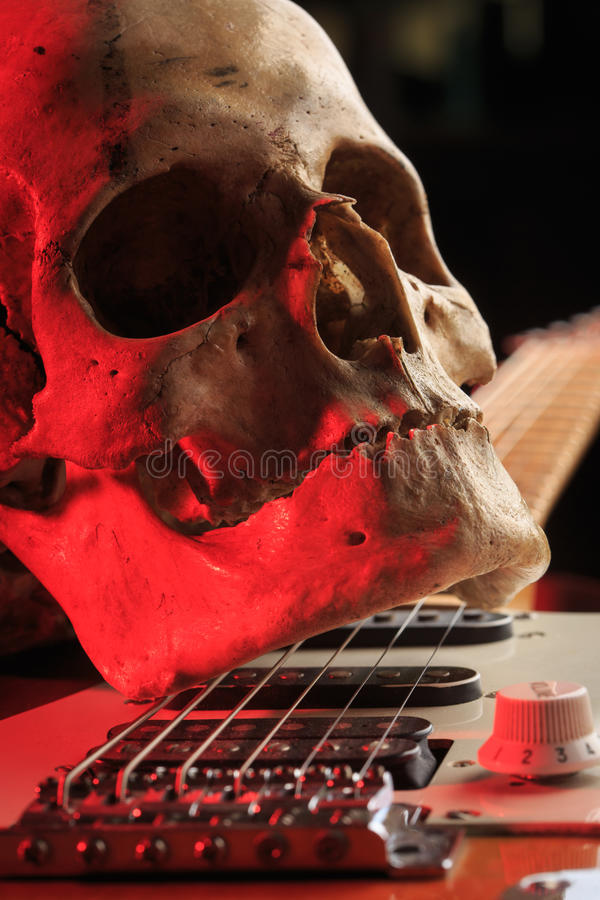Stilleben med skallen och den elektriska gitarren royaltyfri bild