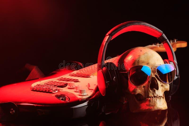 Stilleben med skallen och den elektriska gitarren royaltyfria bilder
