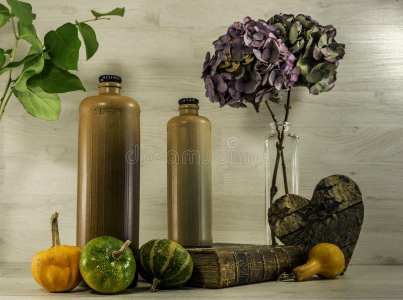 Stilleben med stenflaskor royaltyfria foton