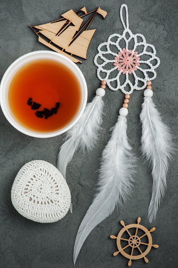 Stilleben med te, virkningsten, dröm- stoppare royaltyfri fotografi