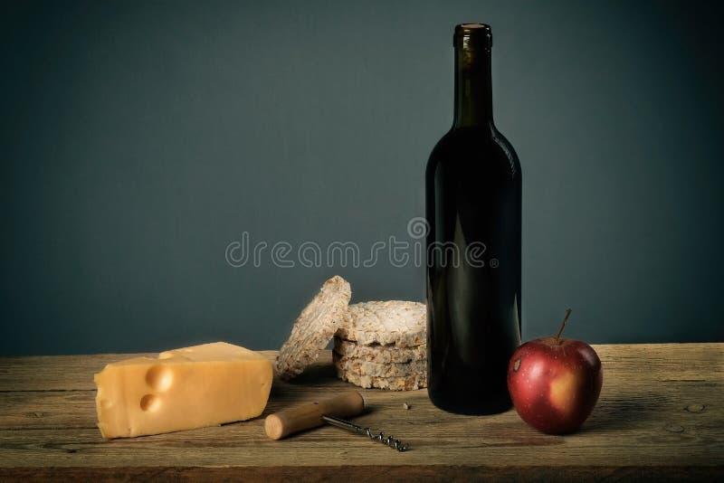Stilleben med vin- och fruktost, korkskruv royaltyfria foton