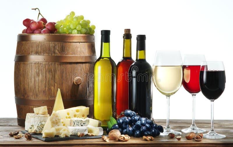 Stilleben med vin, ostar och frukter royaltyfri foto