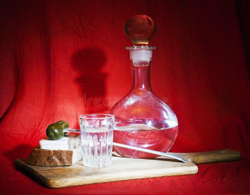 Stilleben med vodka- och horsd'oeuvres arkivbild