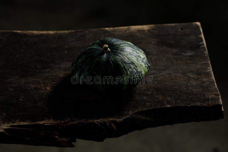 Stilleben på träbakgrund Squash i den lantliga källaren arkivbild