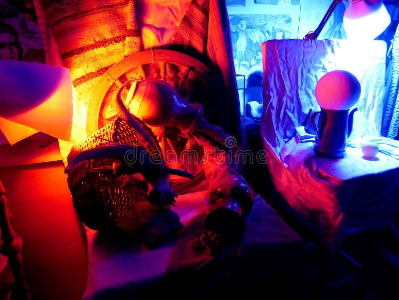 Stilleben som tänds av blått och rött ljus arkivbild