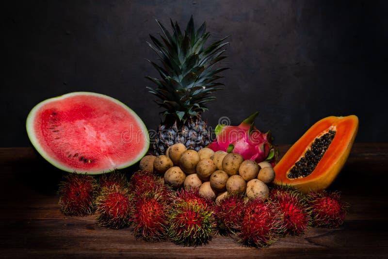 Stillebenfotografi av en hög av thailändsk frukt på träfliken royaltyfri foto