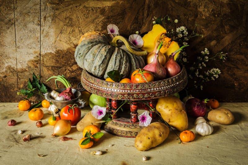 Stillebenfotografi med kryddor och örter arkivfoto