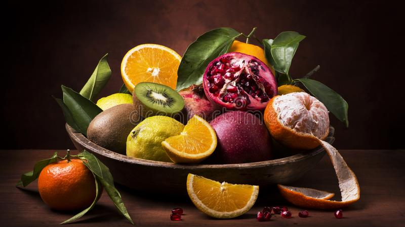 Stillebenfruktkorg Anstrykningar och färger arkivbild