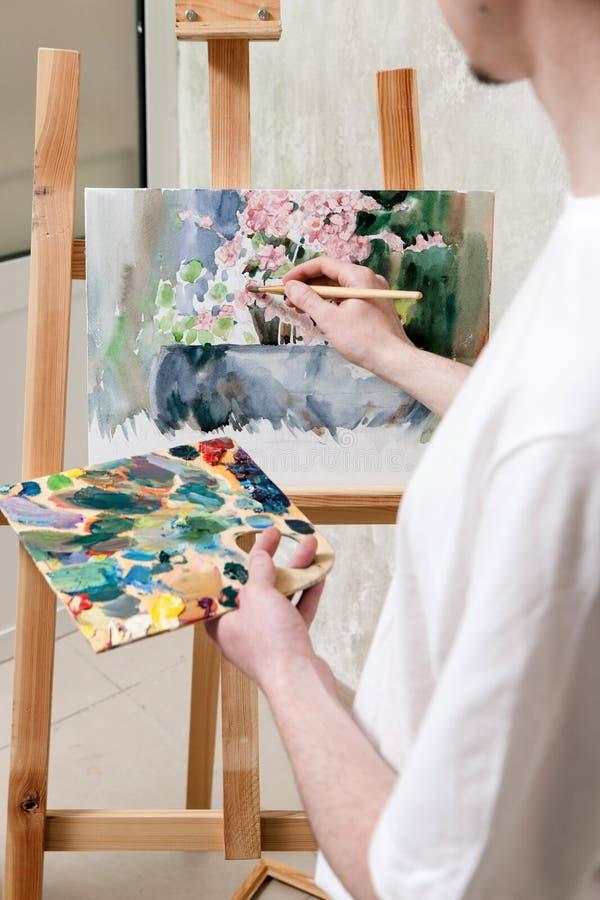 Stillebenmålning drar vid konstnären royaltyfria bilder