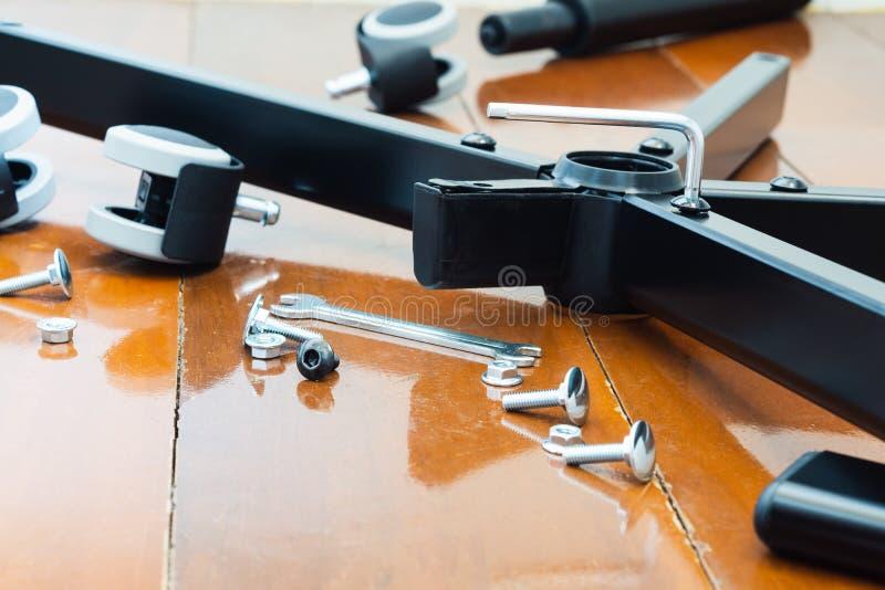 Stillebenskott av enheten av DIY-stolmöblemang Den sköt närbilden, den skruvande banan av stolar med förhäxer tangent av DIY-stol arkivbilder