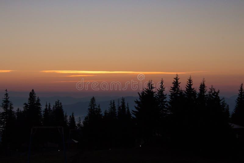 Stiller Morgen in den Karpaten-montains Waldschattenbilder in den Bergen an der Dämmerung Vasness und Friedenskonzept lizenzfreie stockfotos