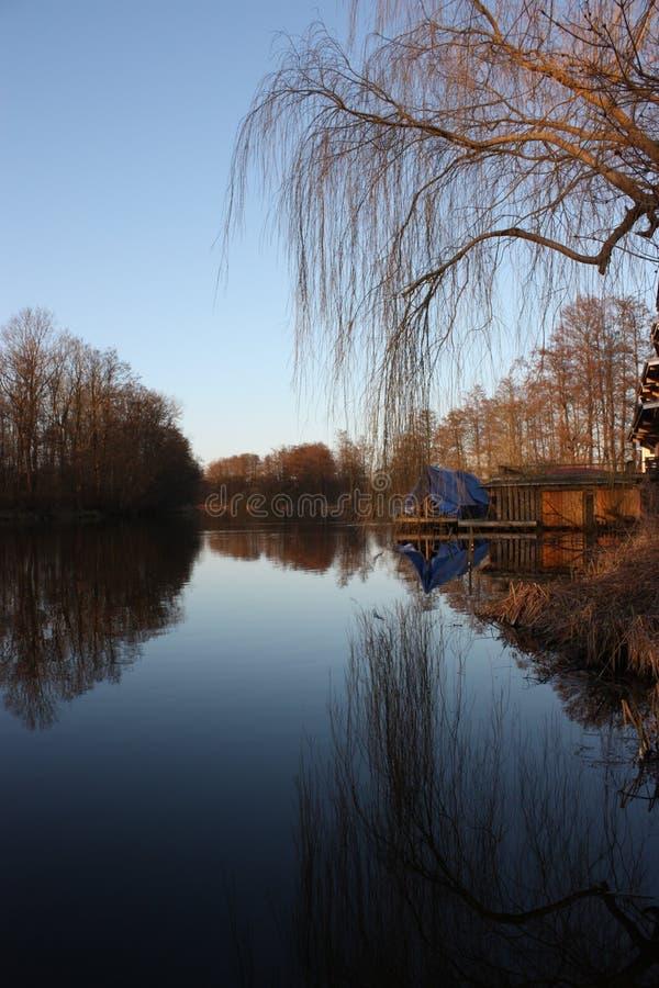 Stilles frühes morgens in dem Fluss im Herbst stockfotos