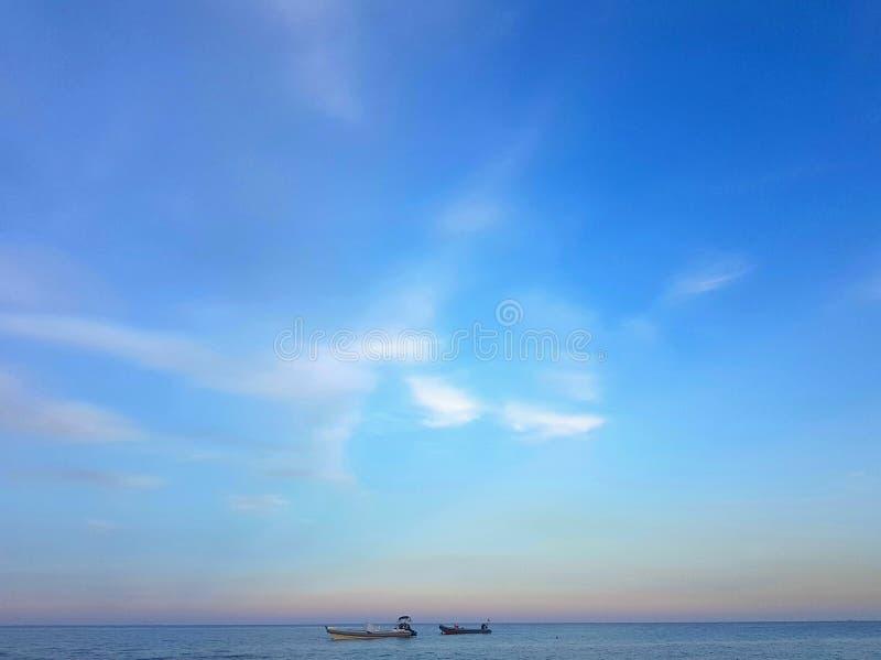 Stilles Meer auf blauem Sonnenuntergang lizenzfreie stockfotos