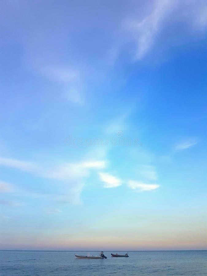 Stilles Meer auf Sonnenuntergang stockfotos