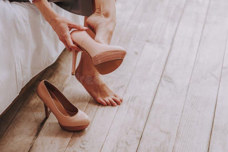 Stilletos Frazzling dos unshoes da jovem mulher dos pés em casa imagens de stock
