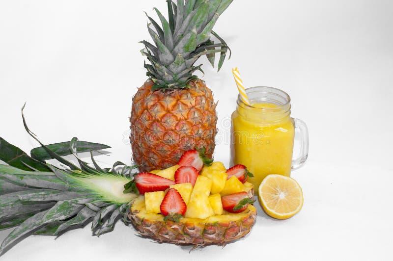 Stilleven 1 Ananassap, cocktails met verse ananas en verse aardbeien voor ontbijt in de ochtend stock afbeelding
