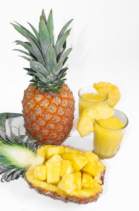 Stilleven 1 Ananassap, cocktails met verse ananas voor ontbijt in de ochtend op een witte achtergrond detox stock fotografie