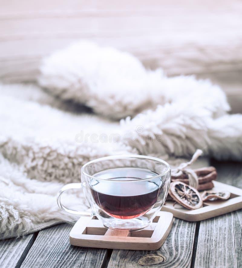 Stilleven comfortabele atmosfeer met een kop thee stock fotografie