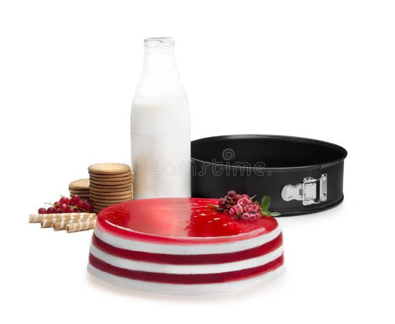 Stilleven die uit een ronde cake van gelatine, koekjes, wafels, bessen, melkfles en een ronde vorm bestaan royalty-vrije stock foto's