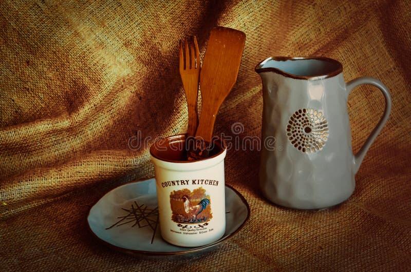 Stilleven in een rustieke stijl Met het gebruik van ceramisch vaatwerk en houten bestek Vakantieoogst in de herfst royalty-vrije stock foto