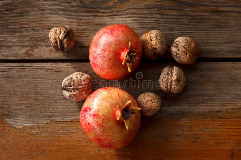 Stilleven 1 Granaatappel en noten op een houten lijst royalty-vrije stock foto's