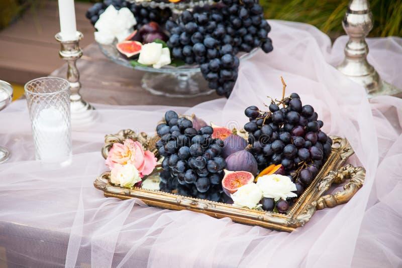 Stilleven: mand met druiven, fig. en pruimen stock afbeelding