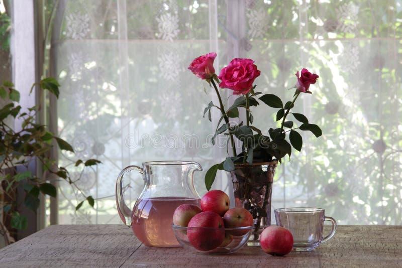 Stilleven met appelen, een boeket van rozen en appelcompote stock fotografie