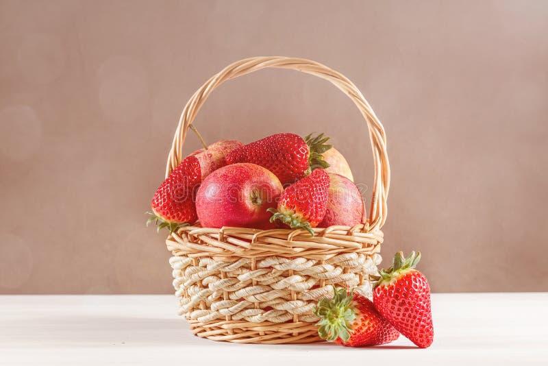 Stilleven met appelen en aardbeien stock afbeelding