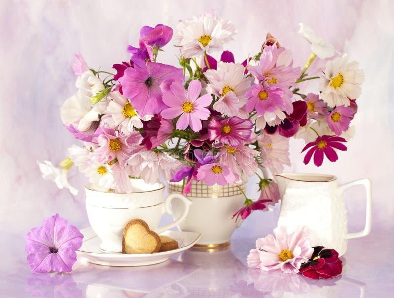 Stilleven met bloemen stock afbeeldingen