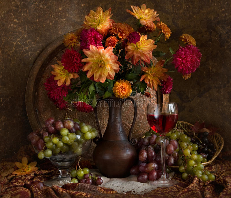 Stilleven met de herfstbloemen en wijn royalty-vrije stock afbeeldingen