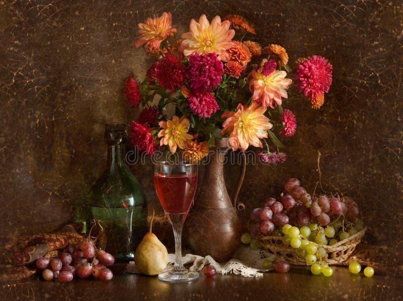 Stilleven met de herfstbloemen en wijn royalty-vrije stock afbeelding