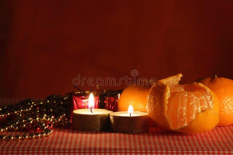 Stilleven met de kaars en mandarines. royalty-vrije stock afbeelding