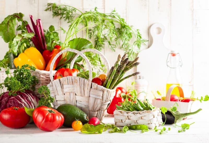 Stilleven met diverse types van verse groenten stock afbeelding