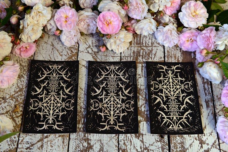 Stilleven met drie tarotkaarten op heksenlijst stock fotografie