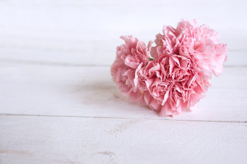 Stilleven met een bloem in hartvorm stock afbeeldingen