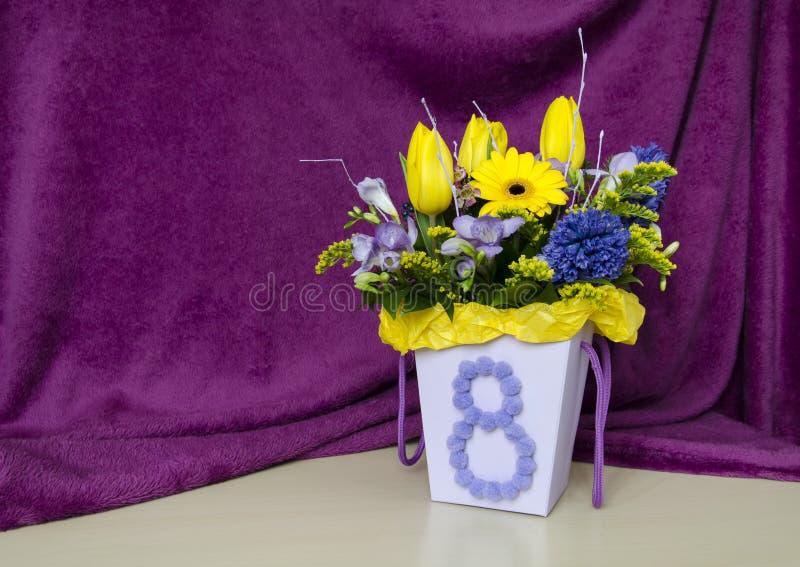Stilleven met een boeket van tulpen in een klassieke stijl stock afbeeldingen