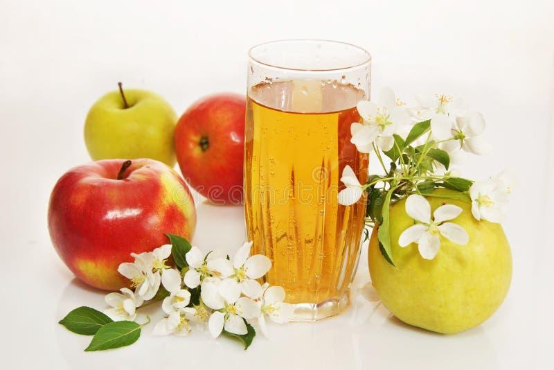 Stilleven met een glas vers appelsap en rijpe appelen royalty-vrije stock afbeelding