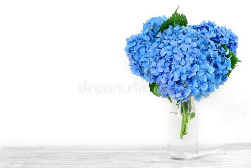 Stilleven met een mooi boeket van blauwe hydrangea hortensiabloemen vakantie of huwelijksachtergrond met exemplaarruimte stock afbeeldingen