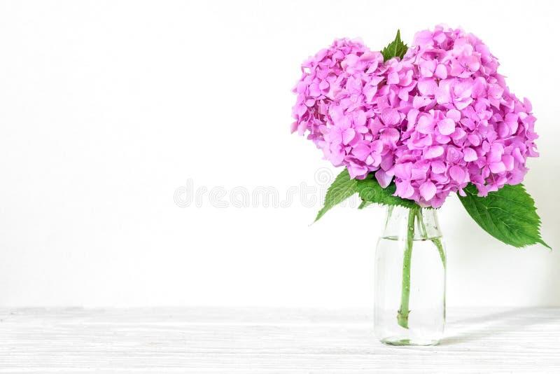 Stilleven met een mooi boeket van roze hydrangea hortensiabloemen vakantie of huwelijksachtergrond royalty-vrije stock afbeelding