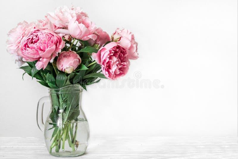 Stilleven met een mooi boeket van roze pioenbloemen vakantie of huwelijksachtergrond stock afbeeldingen