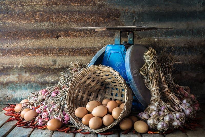 Stilleven met eieren, uien, garlics, peper en oude blauwe schalen stock afbeelding