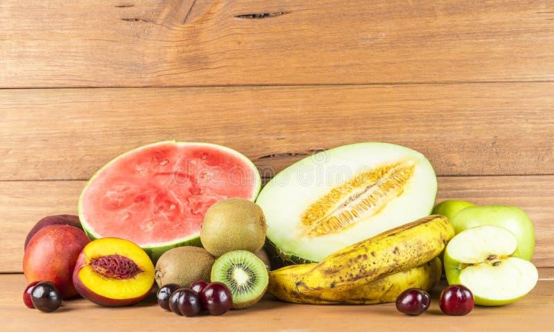 Stilleven met gevarieerde vruchten op houten achtergrond stock afbeelding