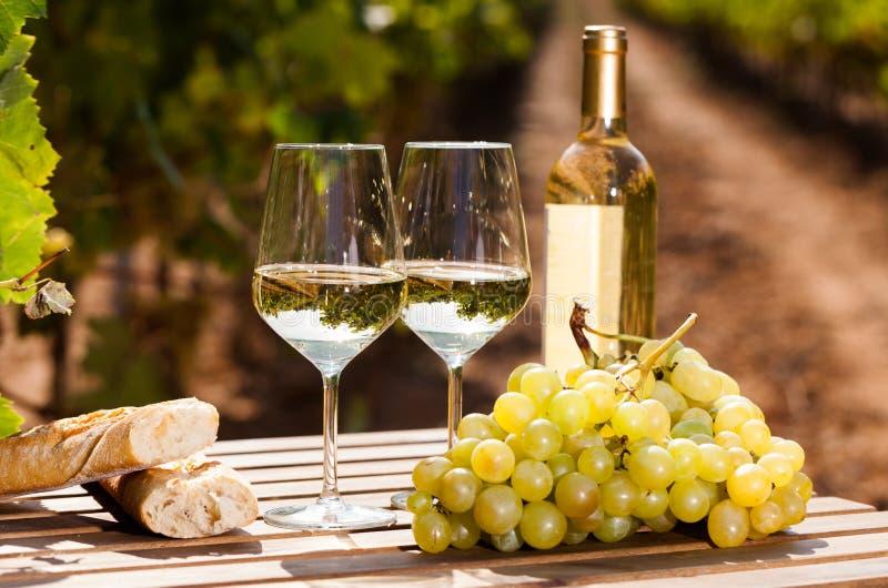 Stilleven met glas Wit wijndruiven en brood op lijst op gebied royalty-vrije stock foto