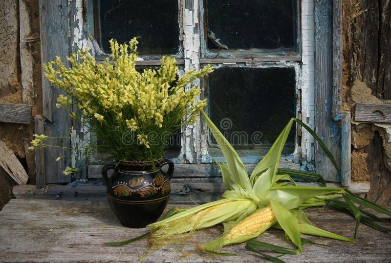 Stilleven met graan en wilde bloemen stock foto's