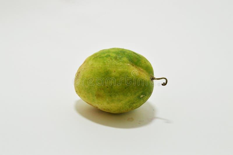 Stilleven met groene komkommer Ge?soleerdeo groente stock afbeeldingen